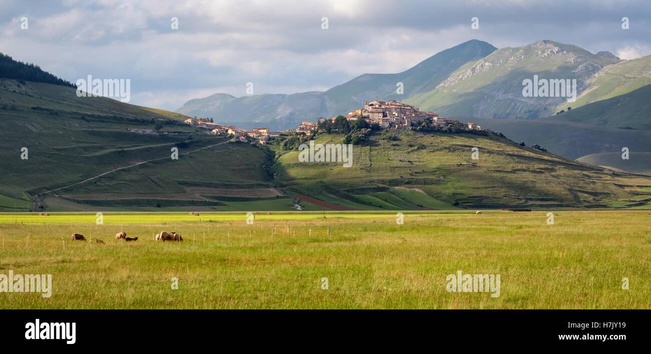 Castelluccio di Norcia antes del terremoto de 2016 fantástico Foto de stock