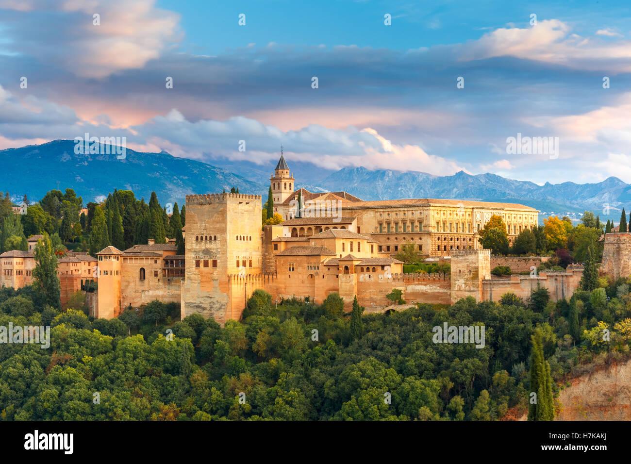 Al atardecer la Alhambra en Granada, Andalucía, España Imagen De Stock