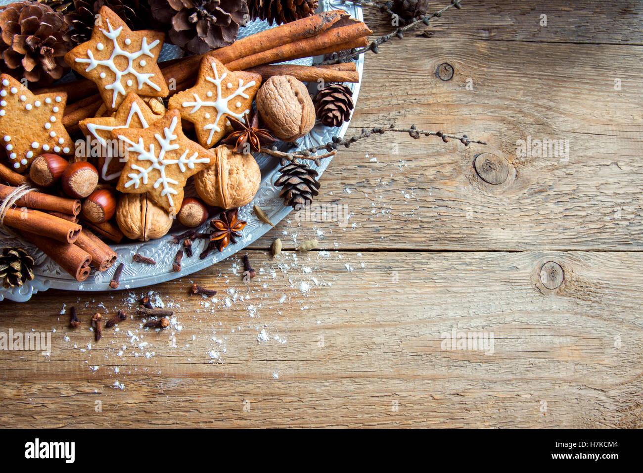 Decoración de Navidad con galletas de jengibre casera, estrellas, conos, nueces y especias de Navidad sobre Imagen De Stock