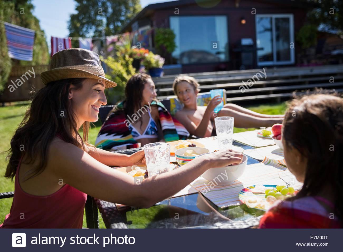 Comer en familia mesa de patio soleado de verano Imagen De Stock