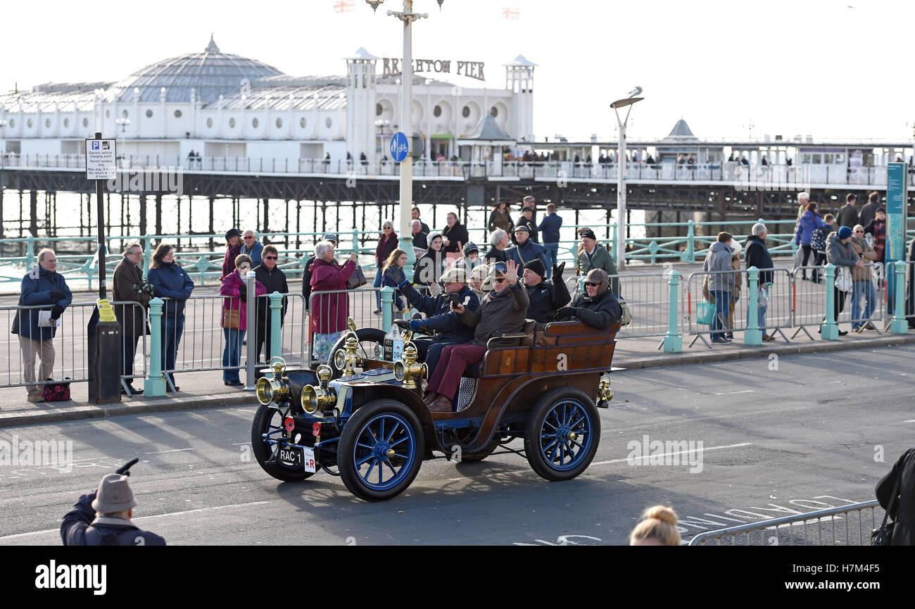 Brighton Sussex, Reino Unido. 6 nov, 2016. Vehículos cerca de la línea de meta de la Bonhams London to Imagen De Stock