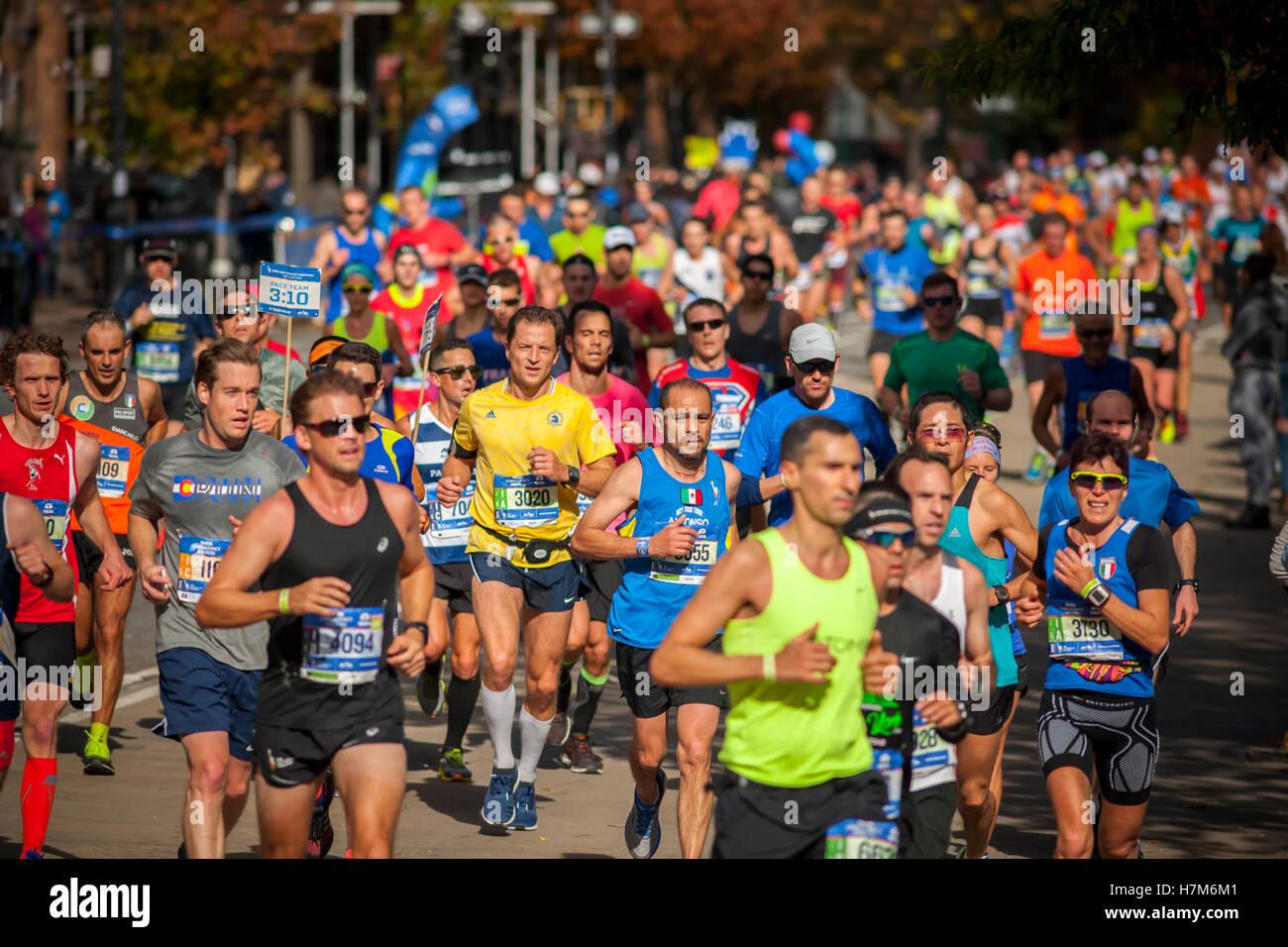 Nueva York, Estados Unidos. 06Th Nov, 2016. Los corredores pasan a través de Harlem en Nueva York cerca de Imagen De Stock