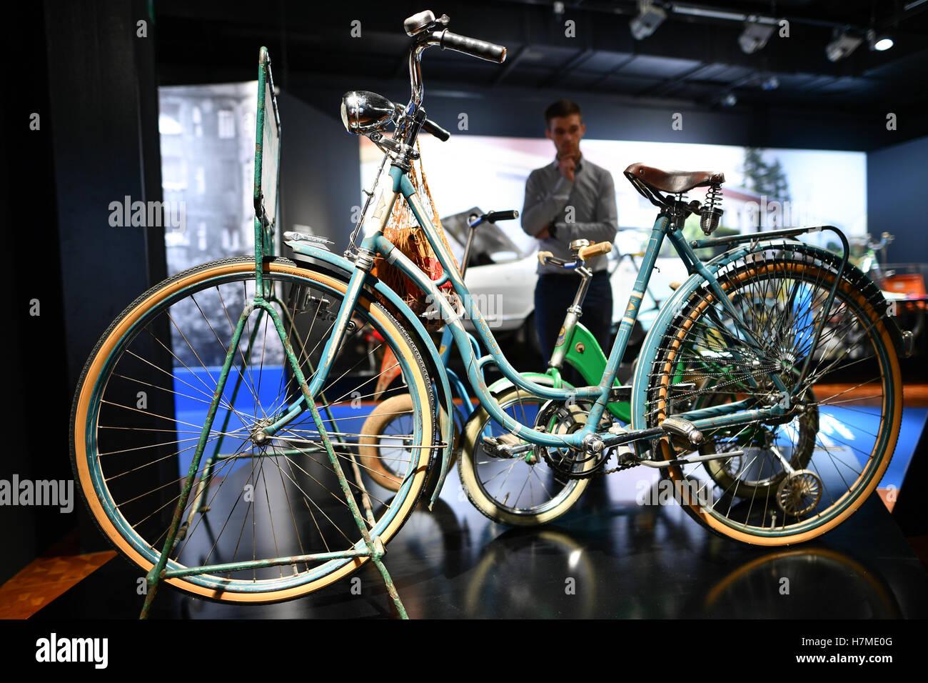 """Mannheim, Alemania. 07 Nov, 2016. Un hombre mira a una señoras moto desde 1950 en exhibición en el Technoseum en la exposición especial ' 2 ruedas - 200 años. Freiherr von Drais y la historia de la bicicleta"""" en Mannheim, Alemania, 07 de noviembre de 2016. En 1817, el Barón Karl von Drais emprendió el primer viaje con la pronta velocipede y la precursora de lo que hoy·s bicicleta. Foto: Uwe ANSPACH/dpa/Alamy Live News Foto de stock"""