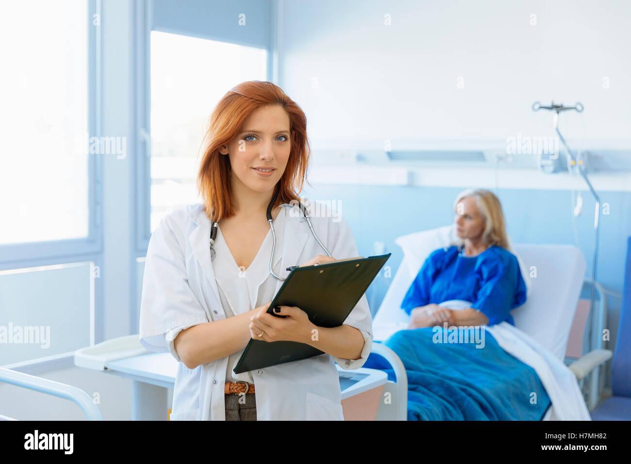 Retrato de una doctora en el hospital Foto de stock