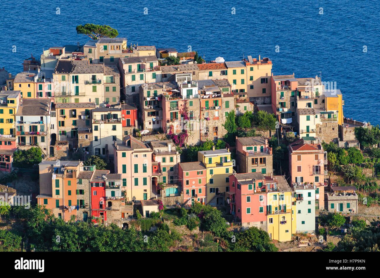 Corniglia (Cinque Terre) vista panorámica al atardecer Foto de stock