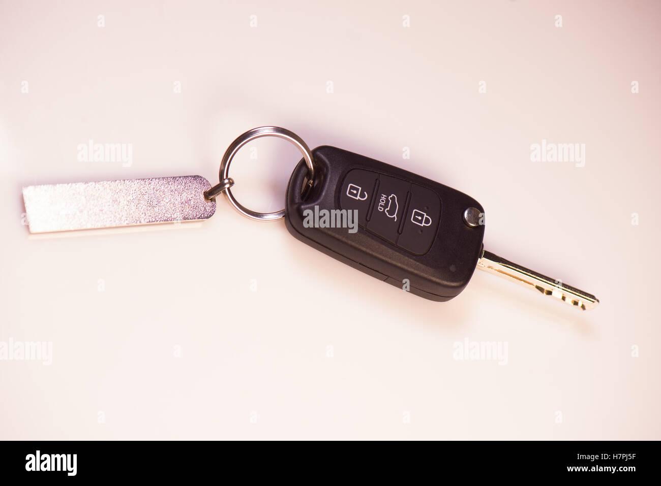 Las llaves del coche y la licencia de conductores sobre fondo blanco, Francia Imagen De Stock