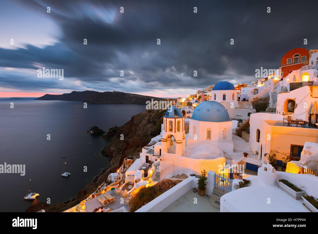 Ver aldea de Oia, en la isla de Santorini en Grecia. Imagen De Stock