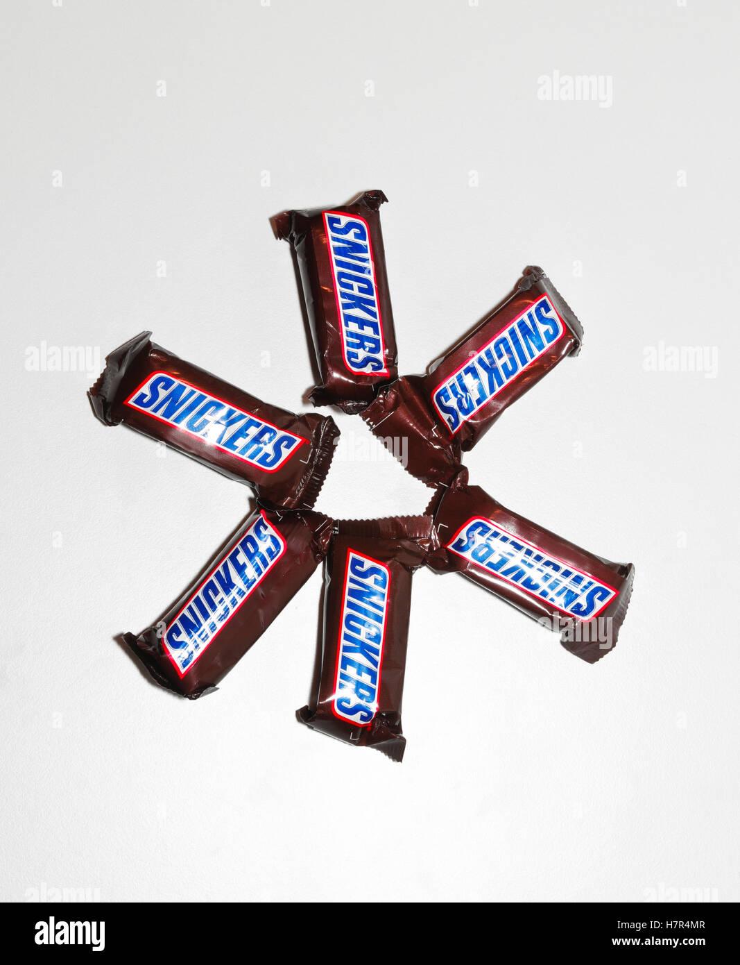 Seis mini barras de chocolate Snickers aislado sobre fondo blanco. Imagen De Stock