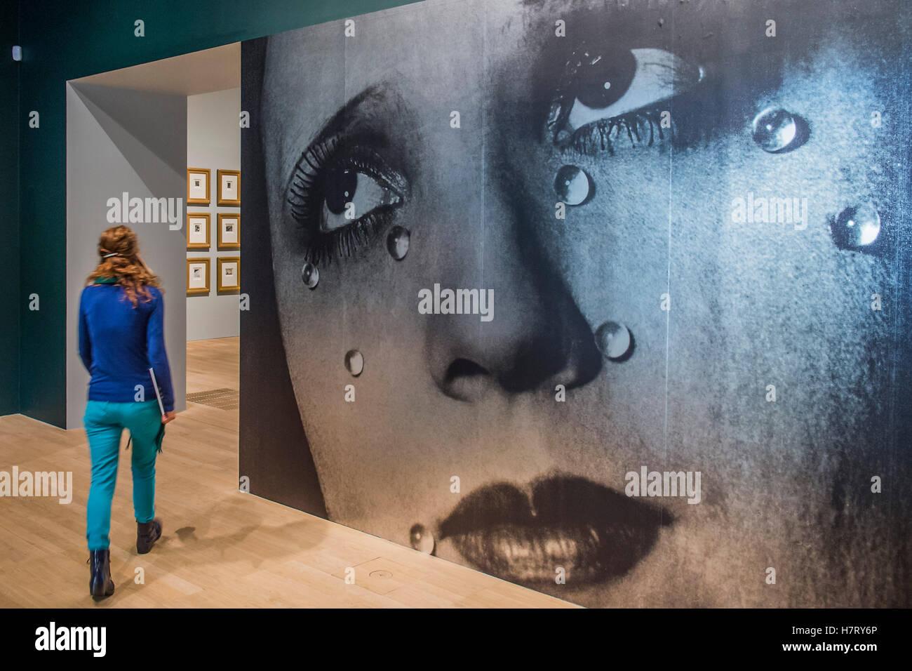 Londres, Reino Unido. 8 nov, 2016. Una versión gigante de lágrimas, 1932, por Man Ray en la entrada, el Radical Foto de stock
