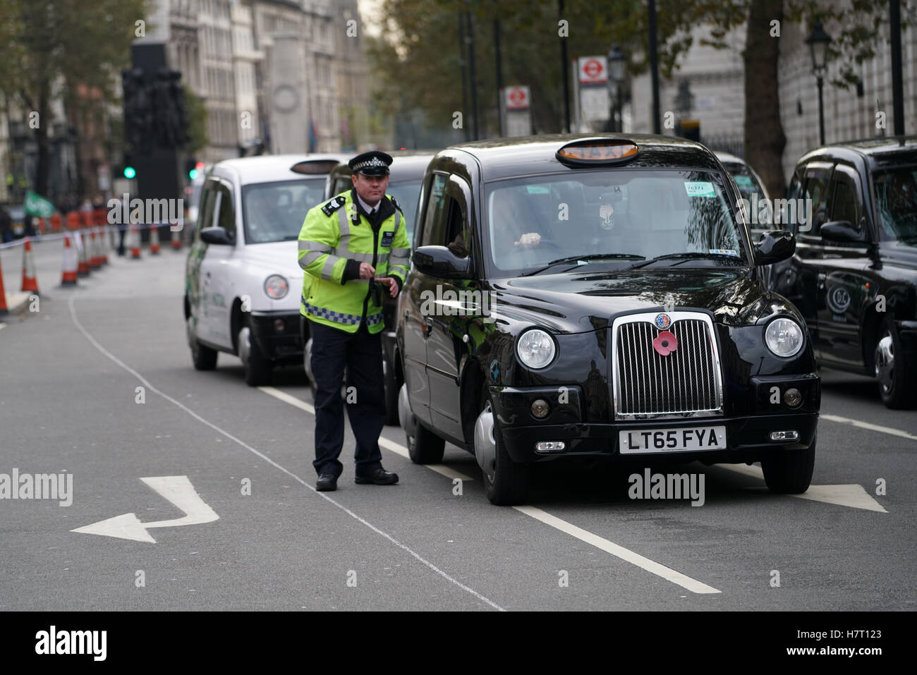 Londres, Inglaterra, Reino Unido. 8 nov, 2016. Naciones Cabbies Grupo traer Whitehall hasta detenerse a exigir una Foto de stock