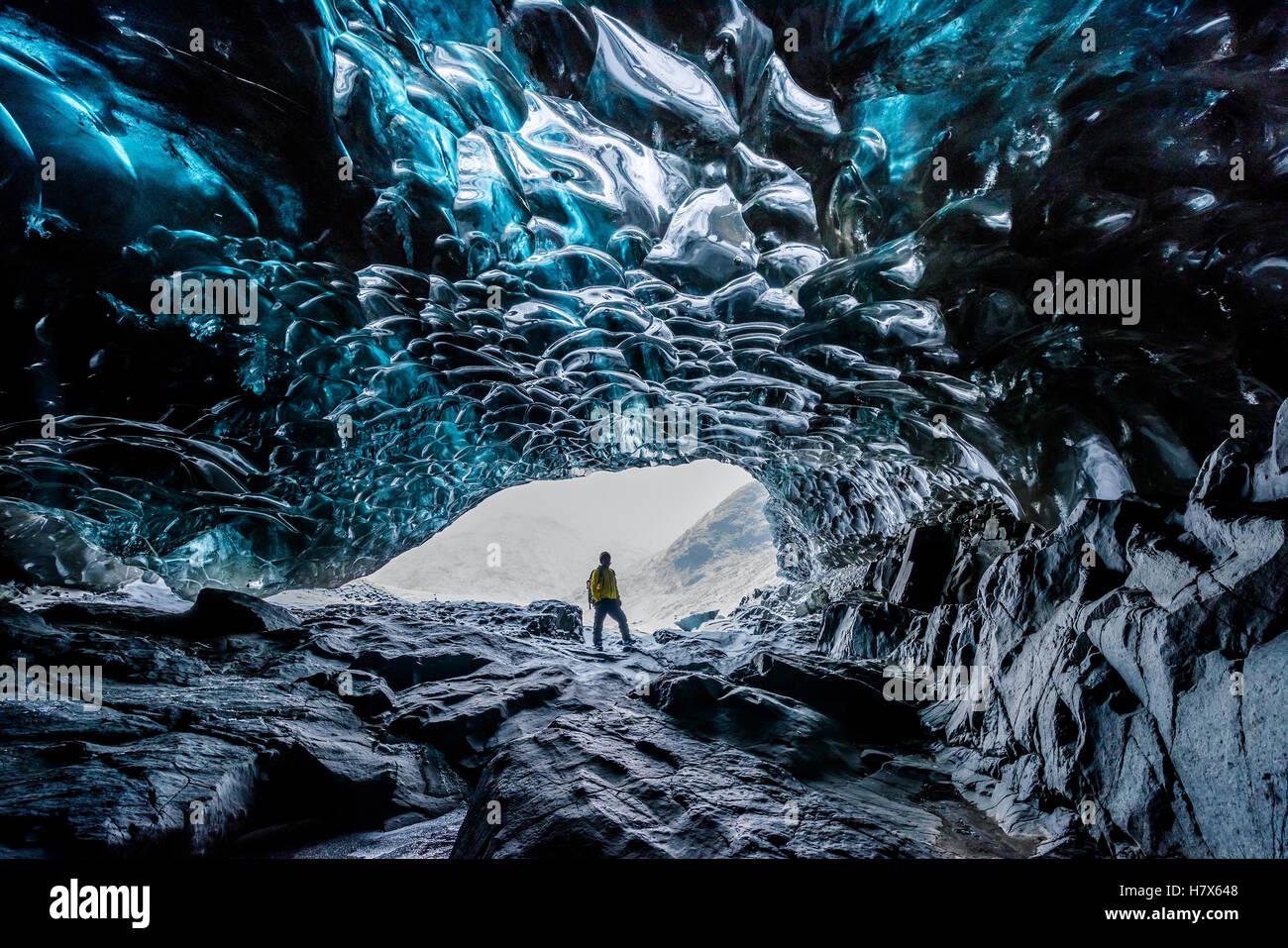Dentro de cuevas de hielo en Islandia Foto de stock