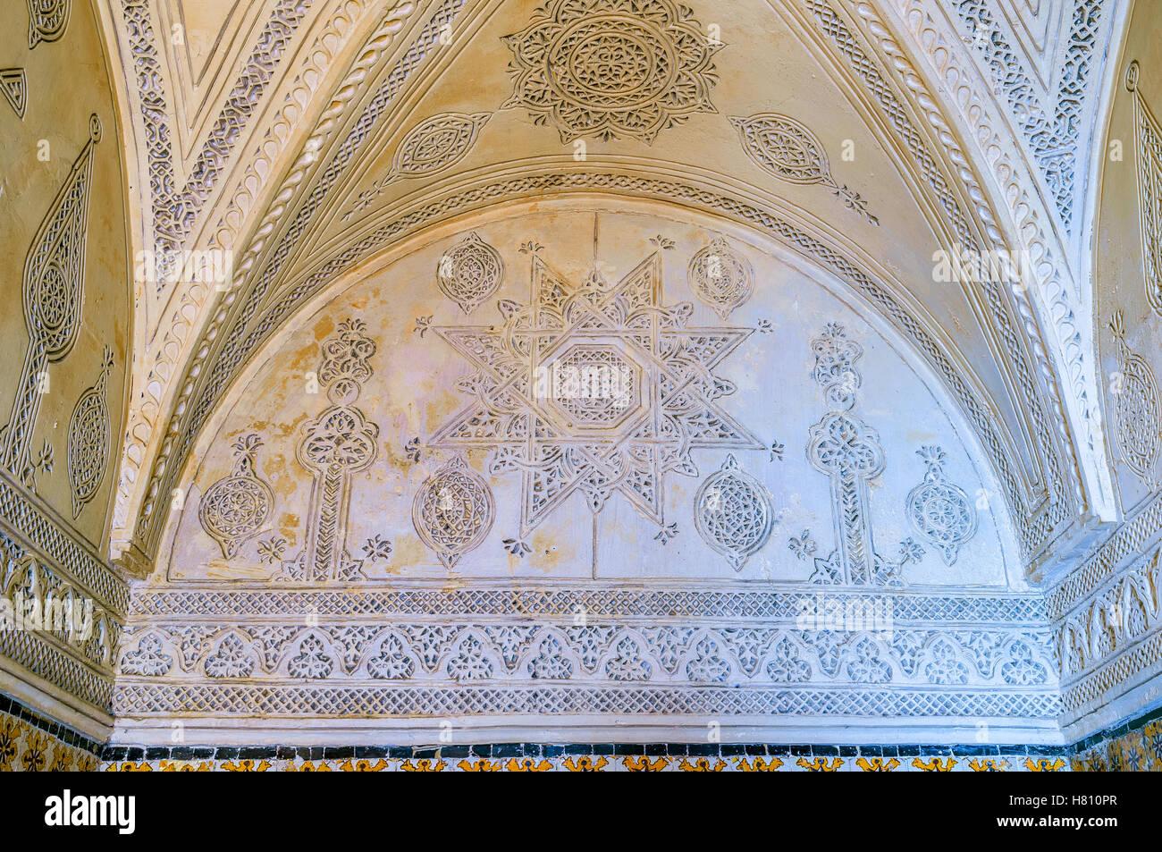 La vieja mansión decorado en estilo andaluz con los patrones islámicos tallados en las paredes y techo, Imagen De Stock