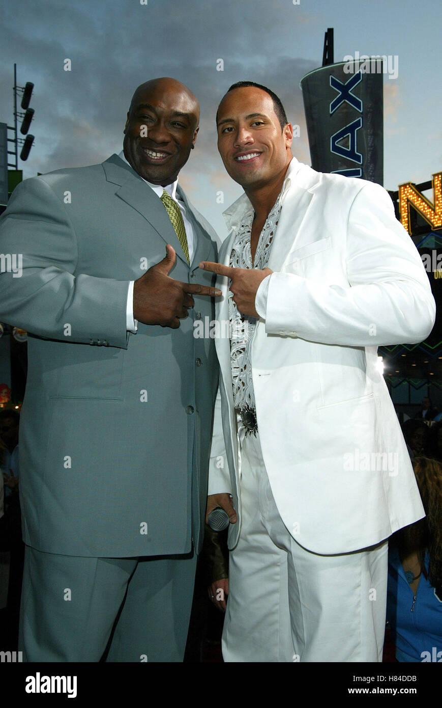 ¿Cuánto mide Dwayne Johnson (The Rock)? - Altura - Real height Michael-clarke-duncan-rock-el-rey-del-escorpion-pelicula-prem-universal-city-los-angeles-estados-unidos-el-17-de-abril-de-2002-h84ddb