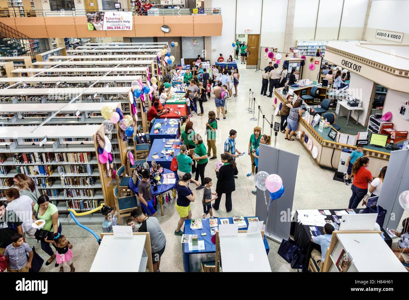 Florida, FL, Sur, Miami, Hialeah, JFK Library, Feria de la Salud y la Alfabetización, interior, expositores, mesas, visitas turísticas a los visitantes de viaje Foto de stock