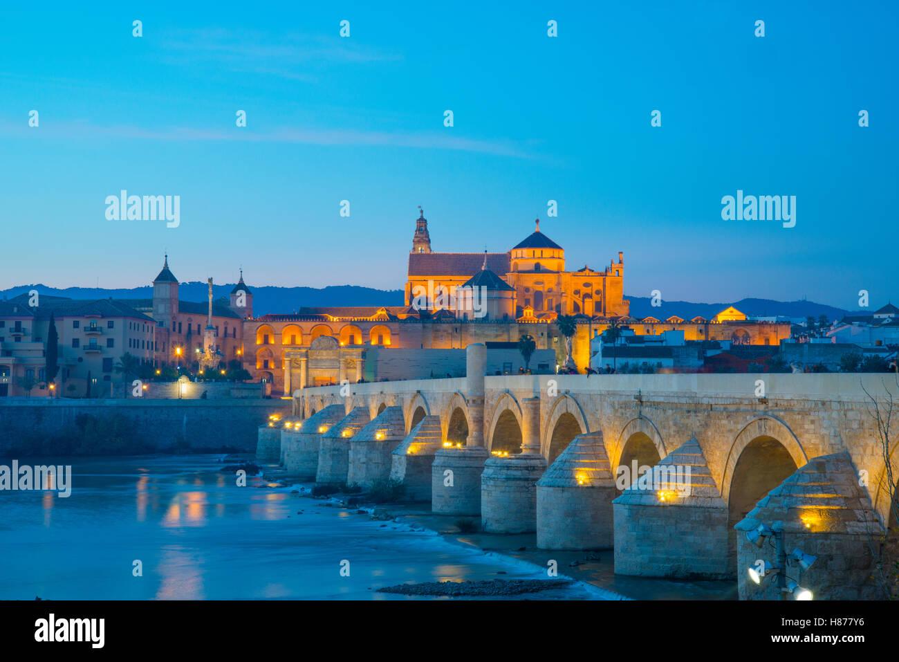 Puente romano sobre el río Guadalquivir, la vista de noche. Cordoba, España. Foto de stock
