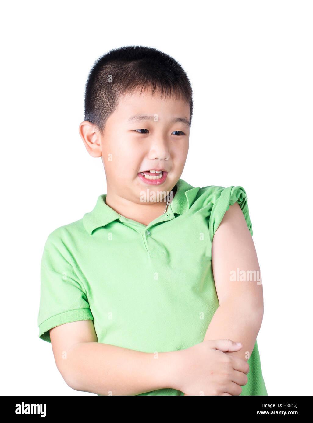 Un muchacho temeroso vestían camiseta verde mira a su lado izquierdo Foto de stock