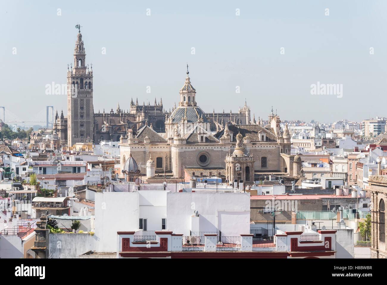 Iglesia colegial del Divino Salvador, la Catedral de Sevilla y la Giralda, Sevilla, España. Iglesia colegial Imagen De Stock