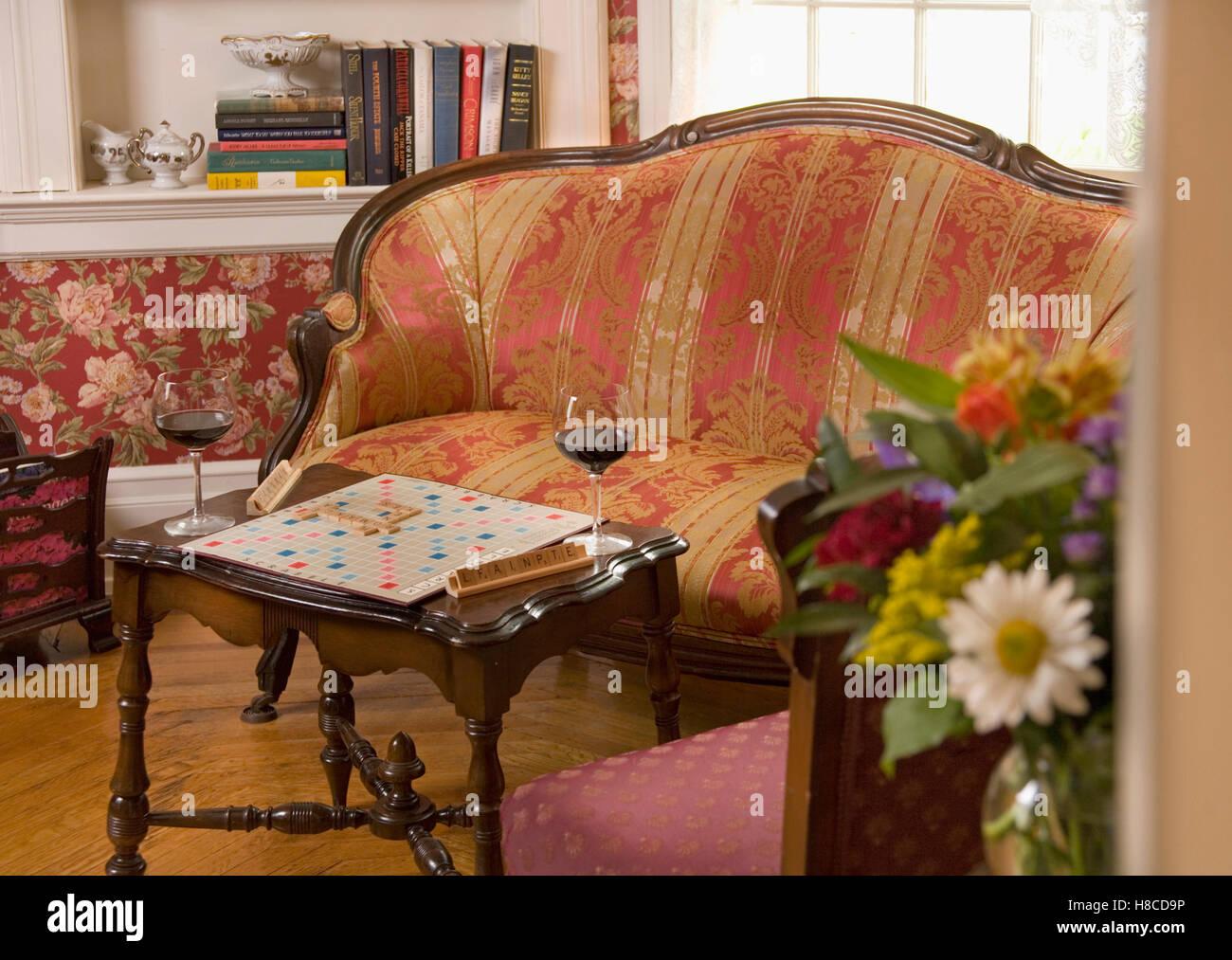Enmarcado en madera sofá con tapicería roja, partida de Scrabble y ...