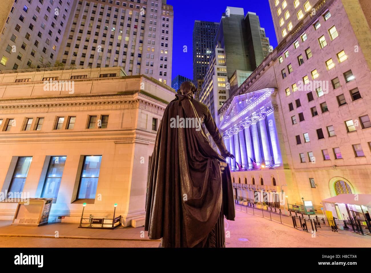 El paisaje urbano de la ciudad de Nueva York en Wall Street de Federal Hall. Imagen De Stock