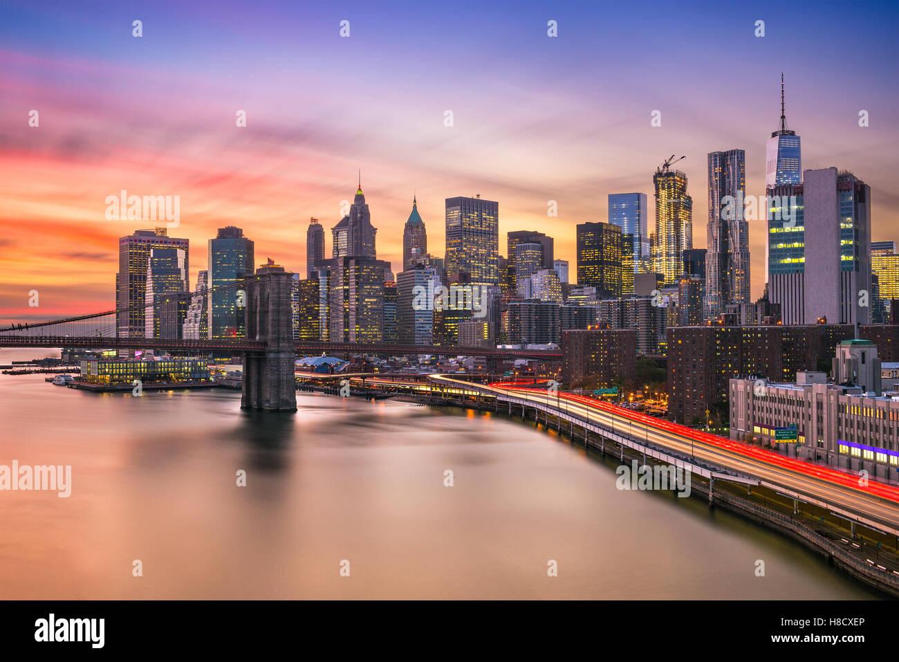 El distrito financiero de la ciudad de Nueva York skyline al atardecer sobre el East River. Foto de stock