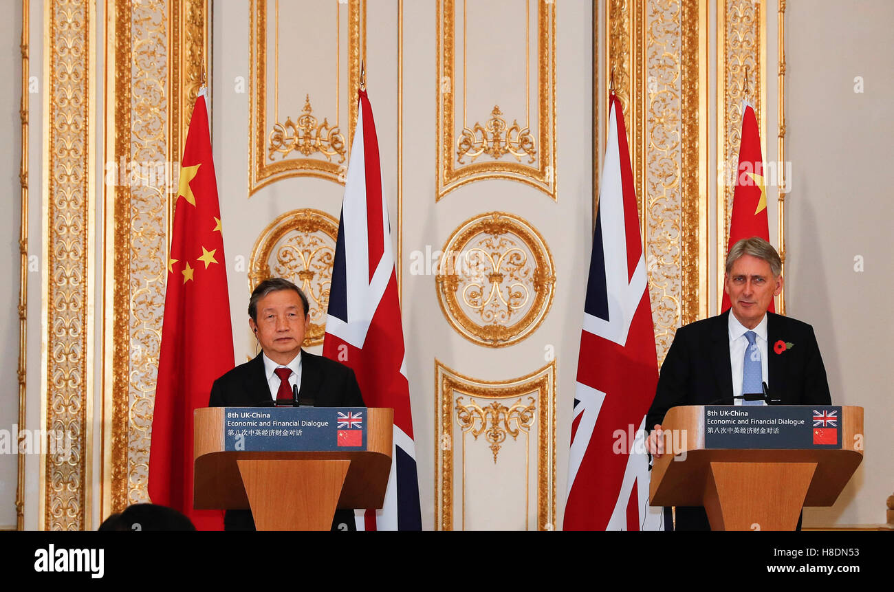 Londres, Reino Unido. 10 Nov, 2016. El Vice Premier chino Ma Kai (L) celebra una conferencia de prensa conjunta Foto de stock