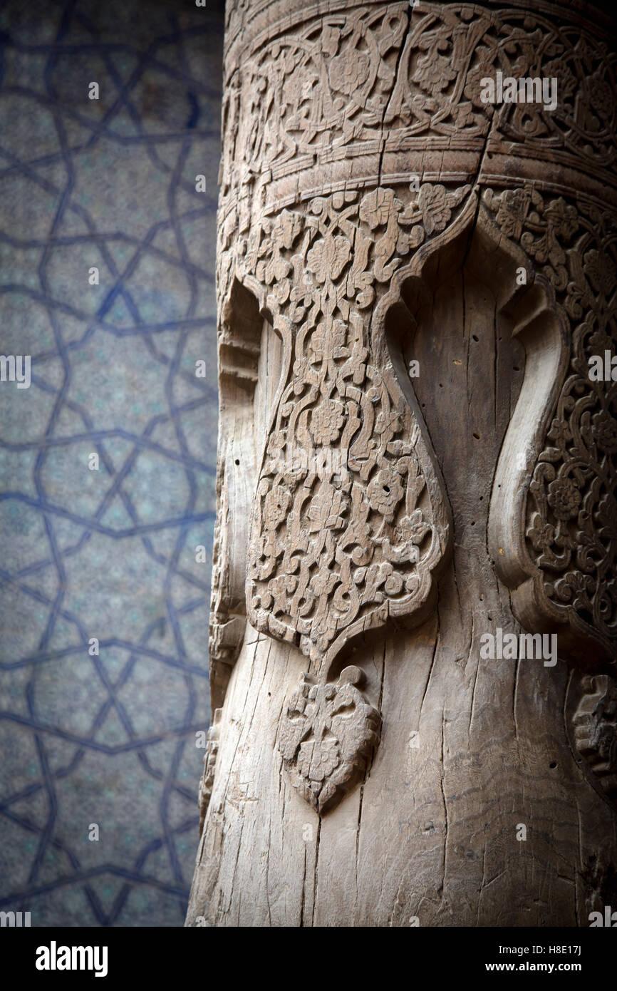 En el interior del pilar de madera tallada Kunya Ark, Khiva, Uzbekistán - arquitectura Imagen De Stock