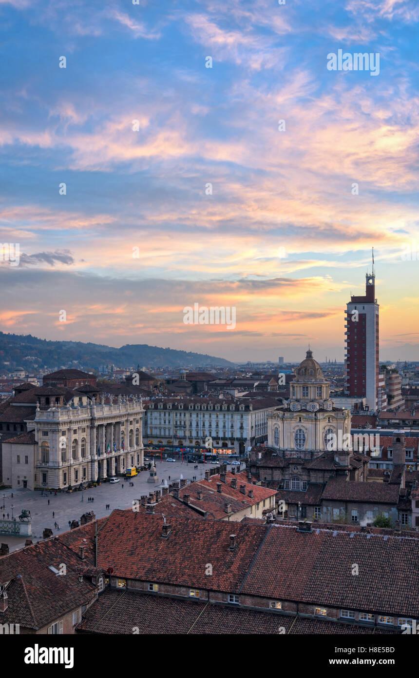 Turín (Torino) Vista panorámica de la Piazza Castello desde el campanario de la catedral al atardecer Foto de stock