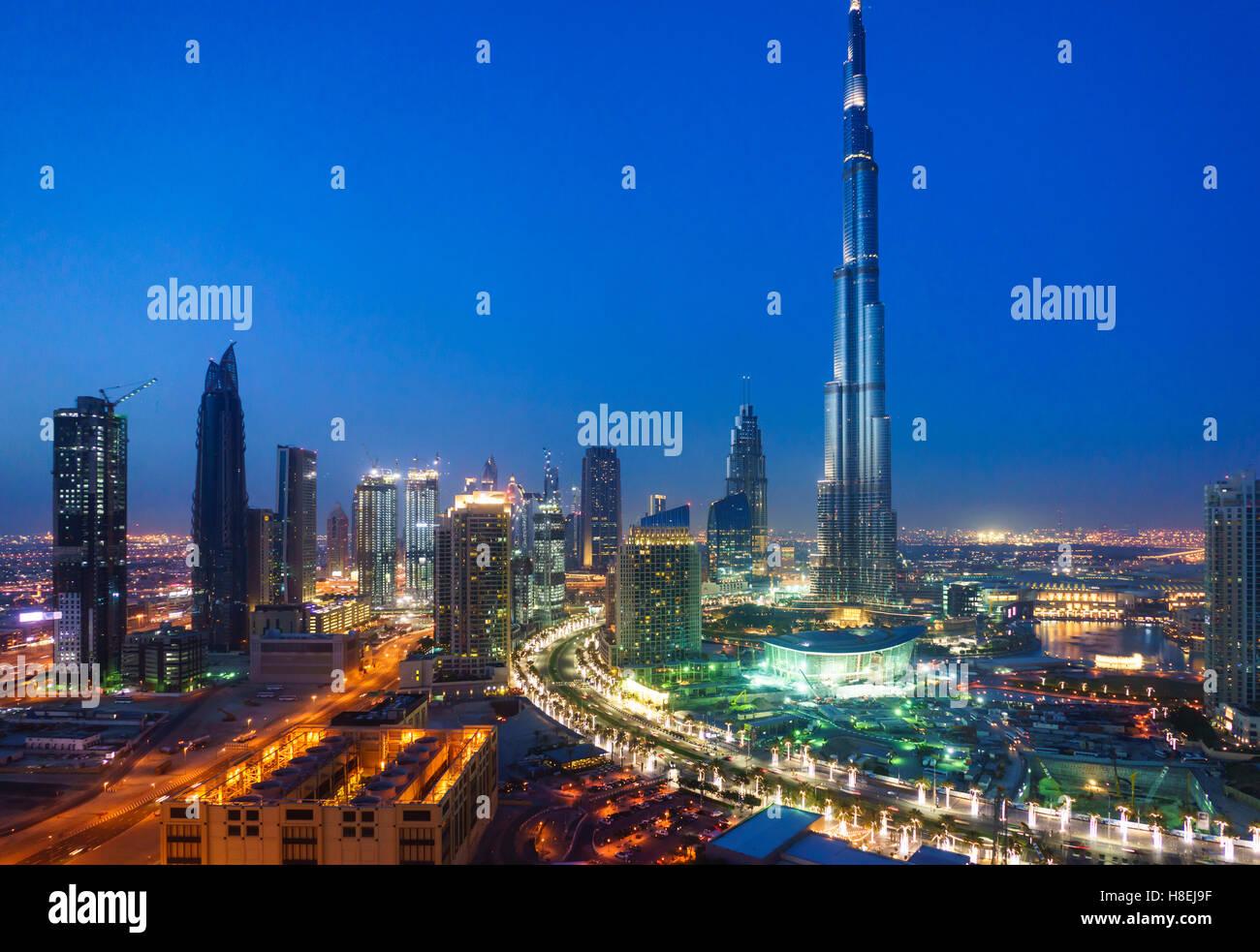Burj Dubai y del centro de la ciudad por la noche, Dubai, Emiratos Árabes Unidos, Oriente Medio Imagen De Stock