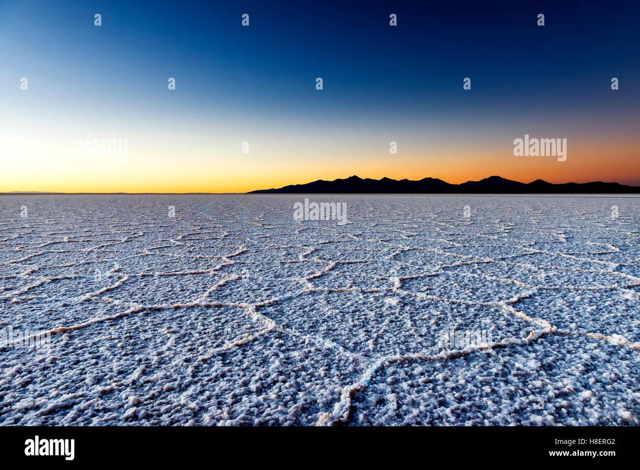 Amanecer en el Salar de Uyuni en Bolivia, América del Sur; concepto para viajes en Bolivia y América del Imagen De Stock