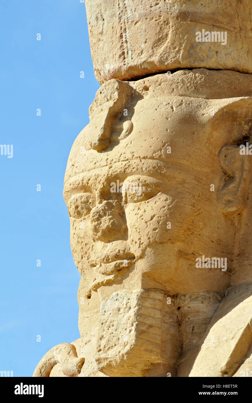 Estatua de Ramsés II el Grande en el patio de la antigua Nubia templo Kalabsha Gerf Hussein, Isla en el lago Nasser, cerca de Aswan. Foto de stock