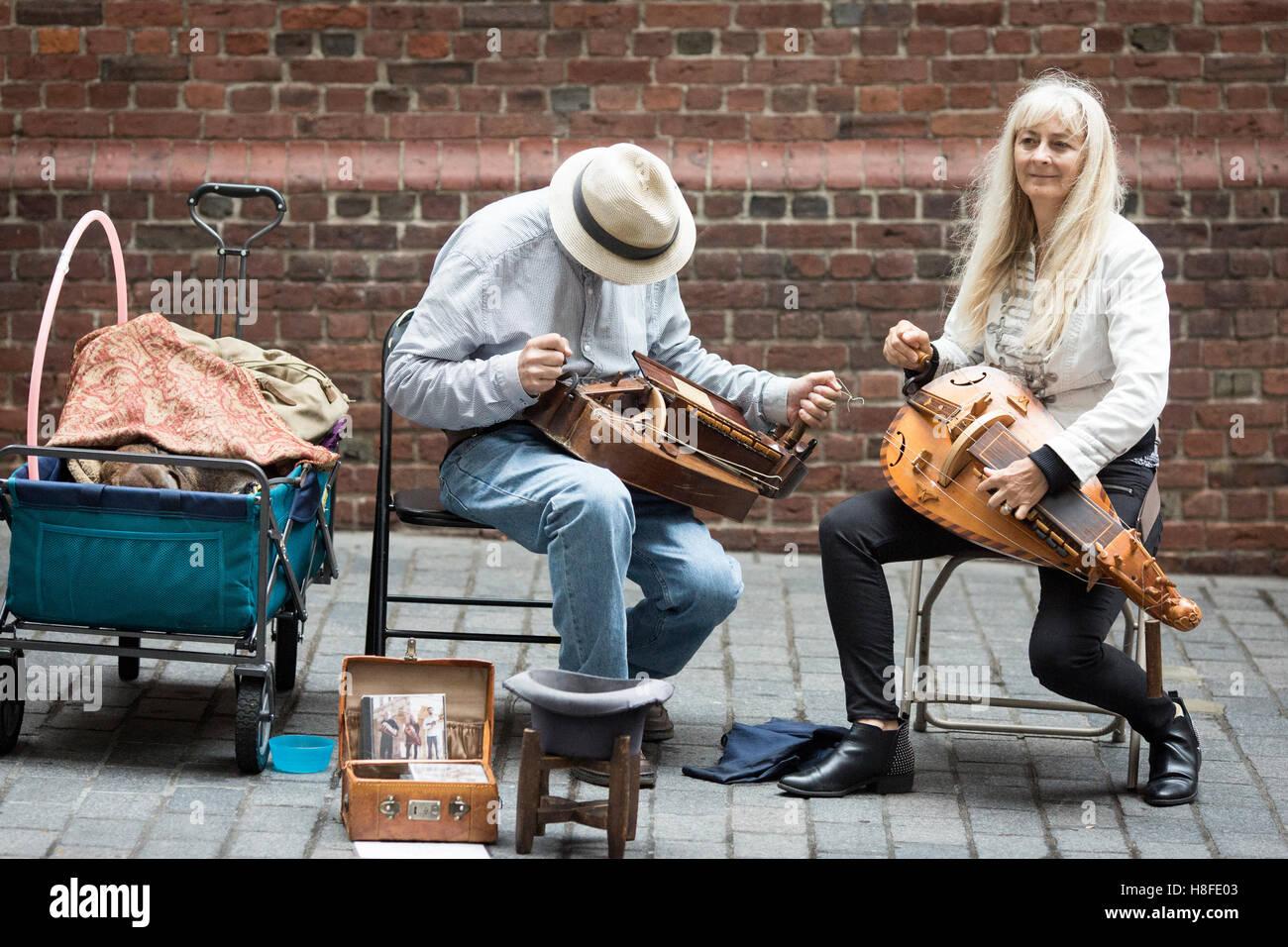 Boston , Massachusetts , EE.UU. Los artistas callejeros que tocan instrumentos tradicionales Imagen De Stock