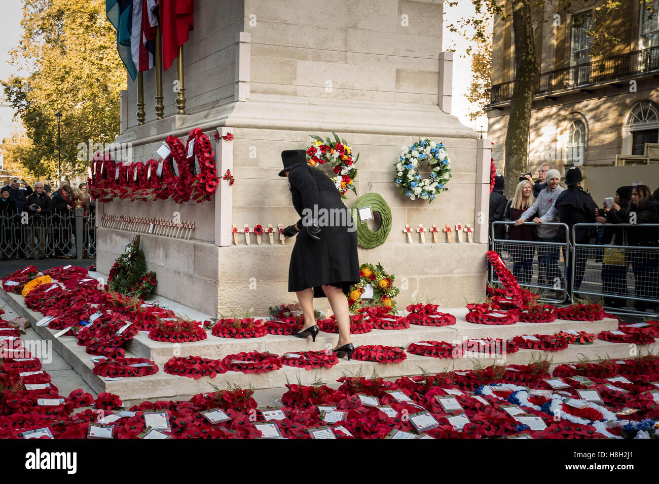 Londres, Reino Unido. 13 de noviembre de 2016. Día del Recuerdo amapola ofrendas florales en el cenotafio de Imagen De Stock