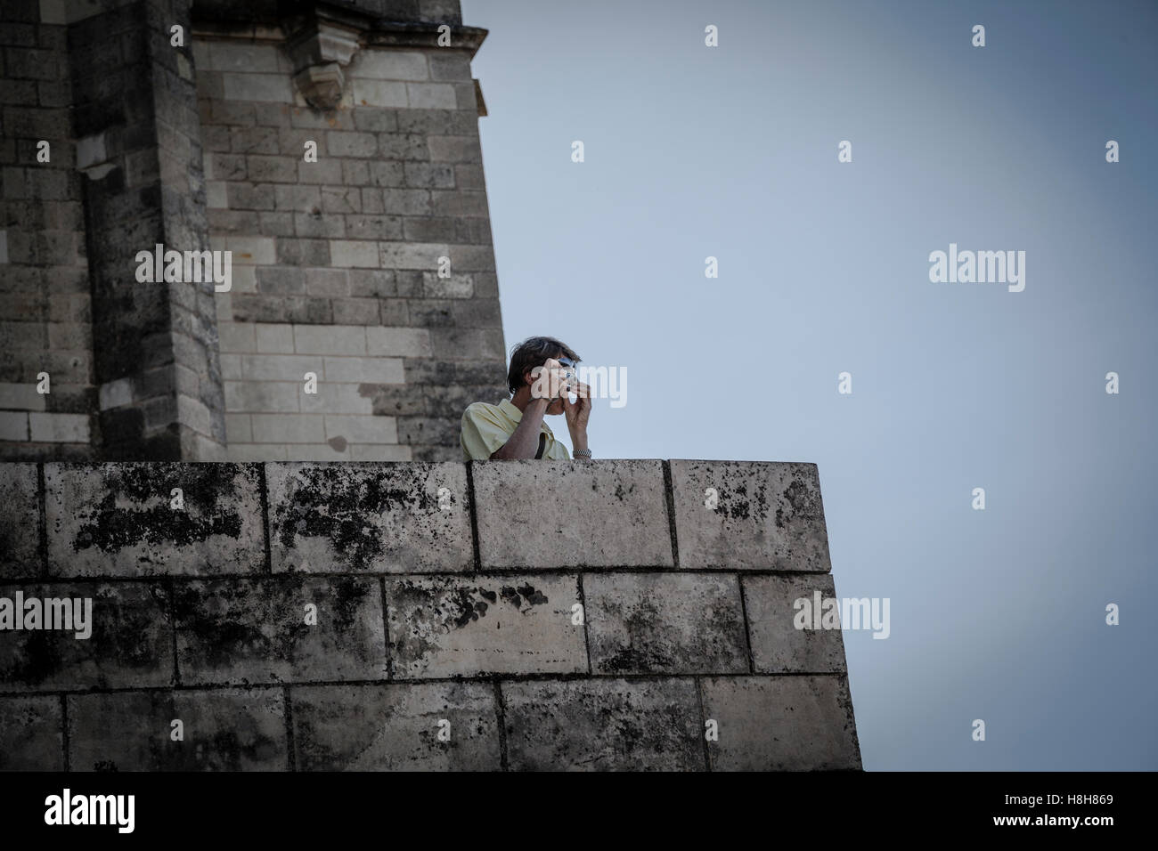 Hombre viajero es hacer la foto con una cámara de apuntar y disparar un casco antiguo de la ciudad de Amboise, Imagen De Stock