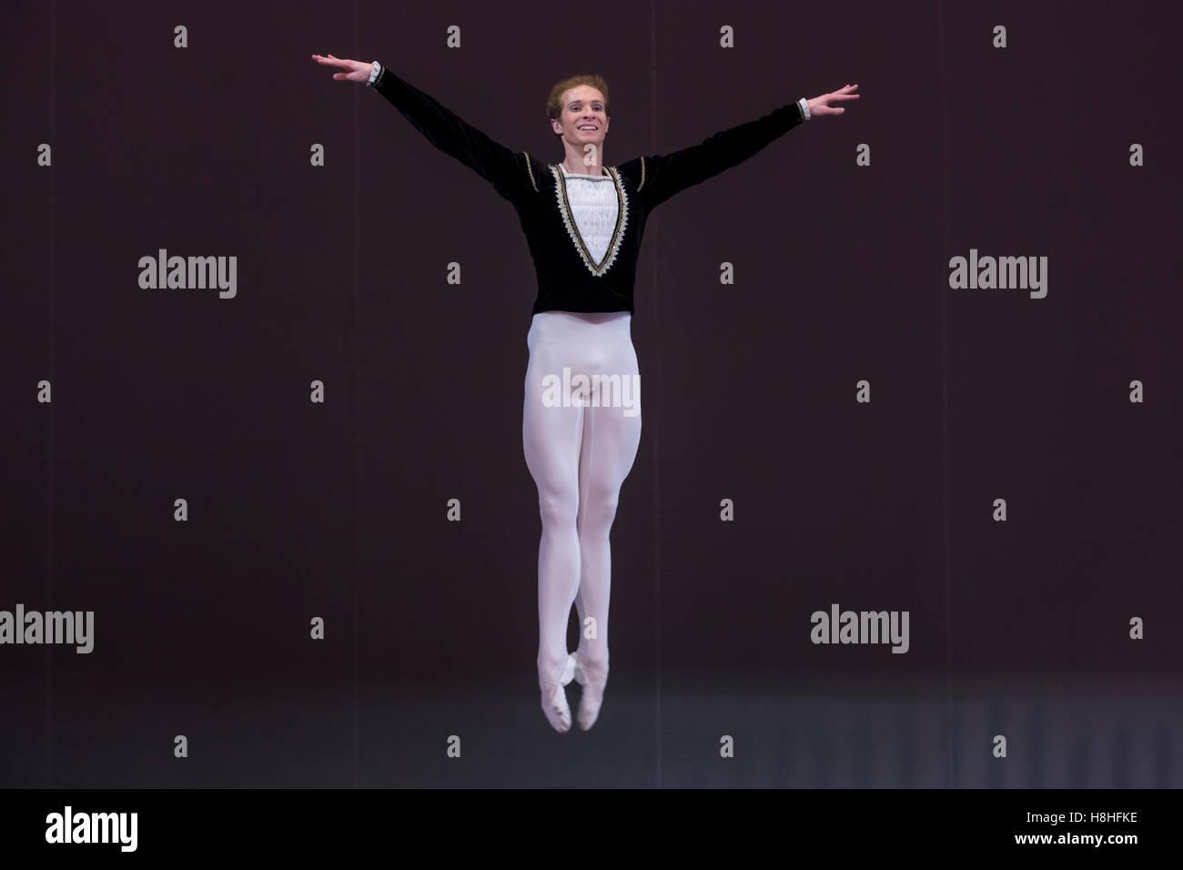 El bailarín Ivan Titov Ballet realiza en el escenario del teatro de Moscú, Rusia Imagen De Stock