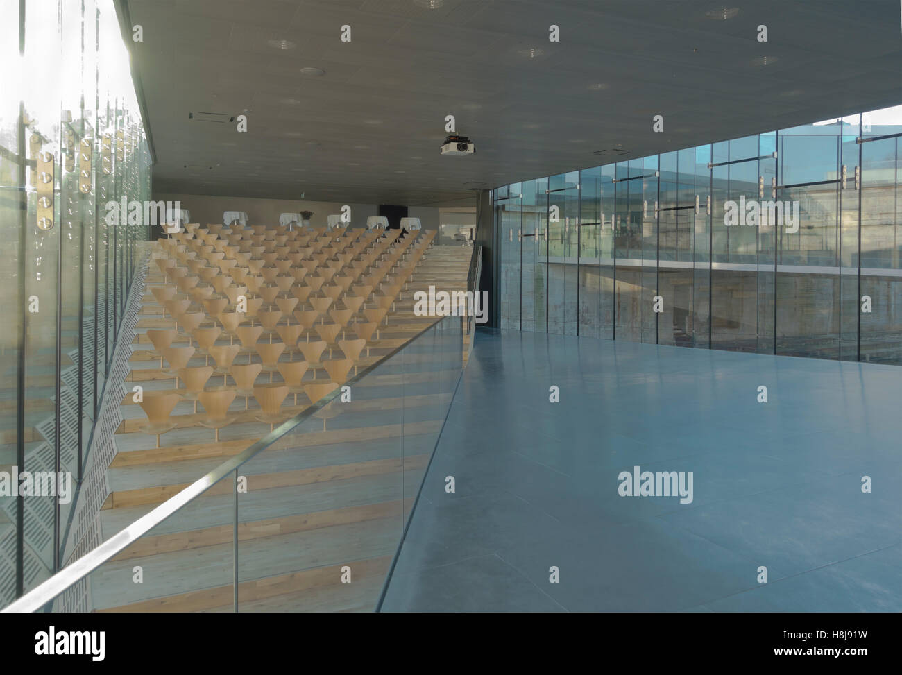 Auditorios en el Danish Maritime Museum, M/S Museet para Søfart Helsingor, en Dinamarca. El arquitecto Bjarke Ingels BIG. Arne Jacobsen sillas serie 7 Foto de stock