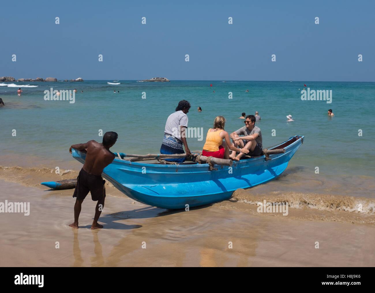 Los turistas tomando un viaje en un barco de pesca de Sri Lanka Imagen De Stock