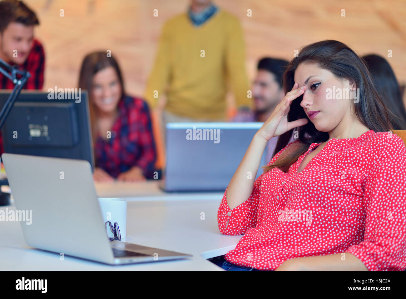 Los jóvenes profesionales trabajan en oficina moderna.Project manager team discutiendo. Imagen De Stock