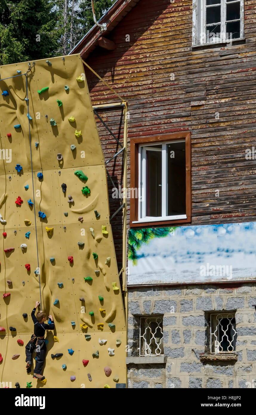 Niñito en la pared de escalada cerca por hija o casa de descanso Aleko, Cherni Vrah o pico negro, la montaña Imagen De Stock