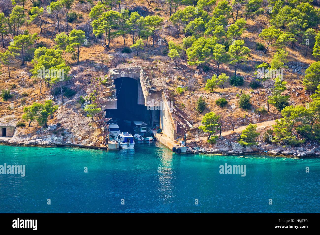 Barco submarino y refugio en la isla de Brac en piedra, Costa de Dalmacia, Croacia Imagen De Stock