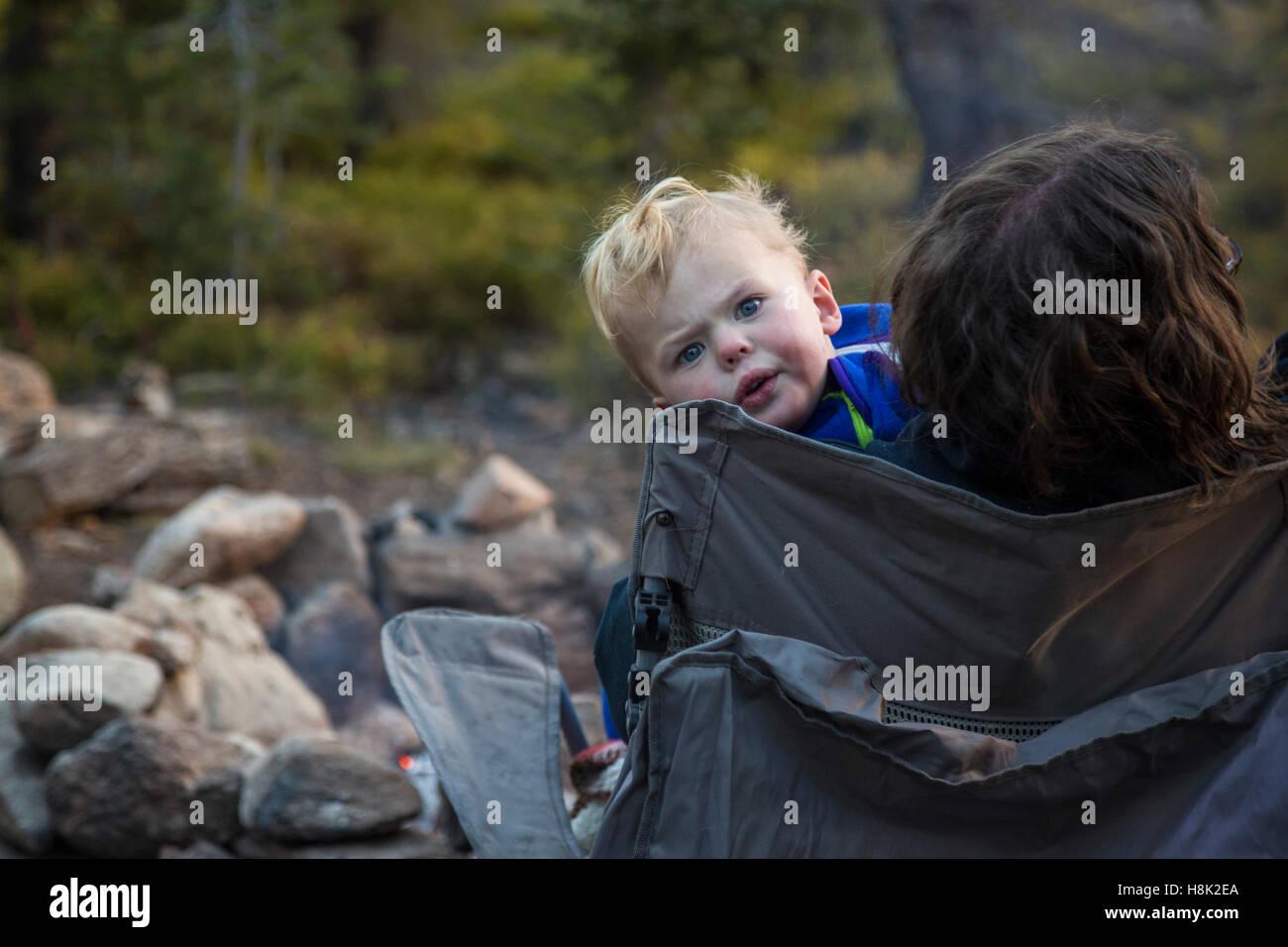 Tabernash, Colorado - dos-año-viejo Adán Hjermstad Jr. con su madre en un camping en las Montañas Imagen De Stock