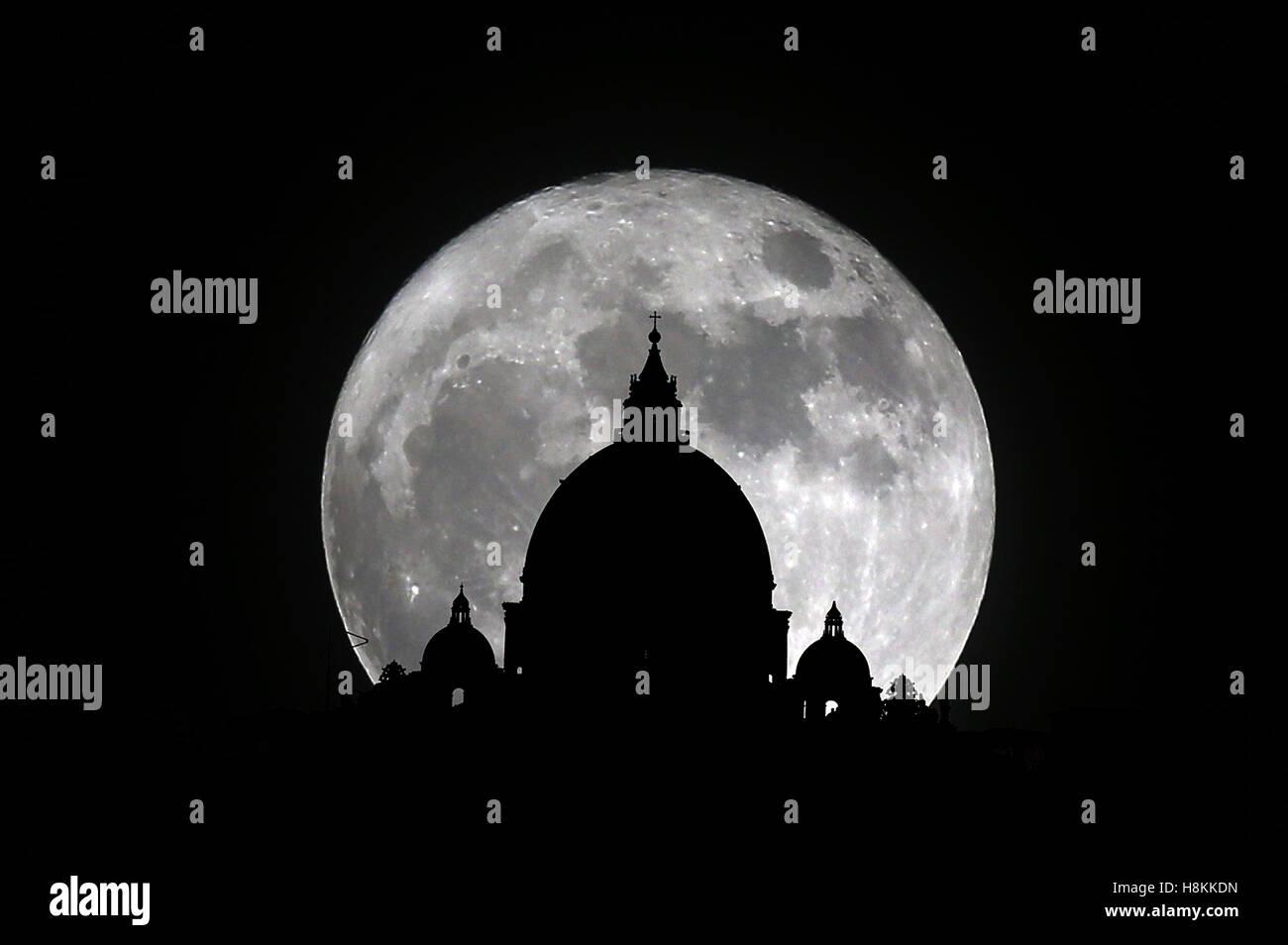 Roma, Italia. 14 de noviembre, 2016:El asombroso acontecimiento astronómico de la super luna, que se repite Imagen De Stock