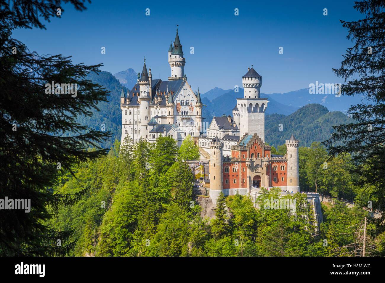 Vista clásica del mundialmente famoso Castillo de Neuschwanstein, uno de los castillos más visitados de Imagen De Stock