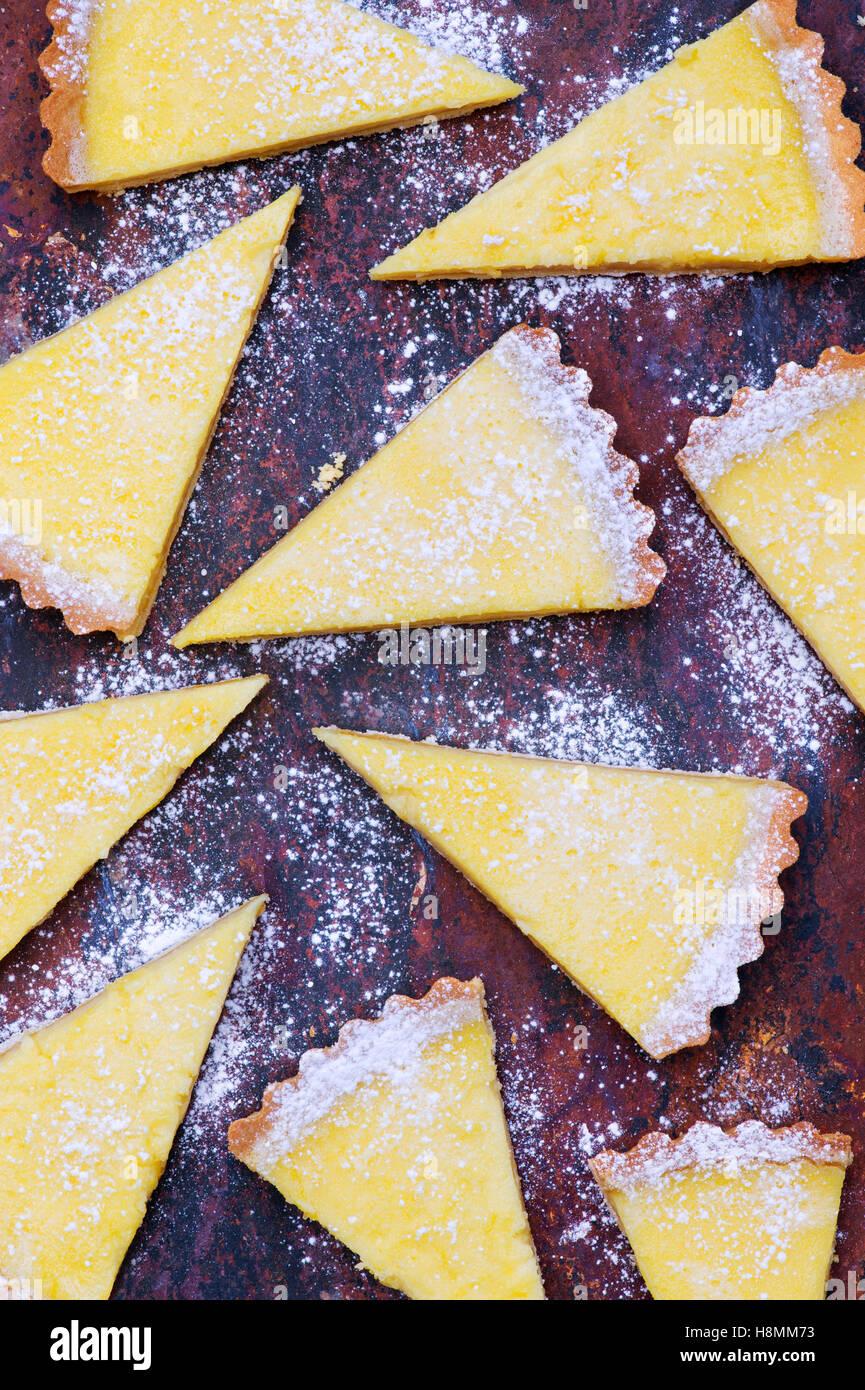 Tarta de limón casera rebanadas sobre pizarra Foto de stock