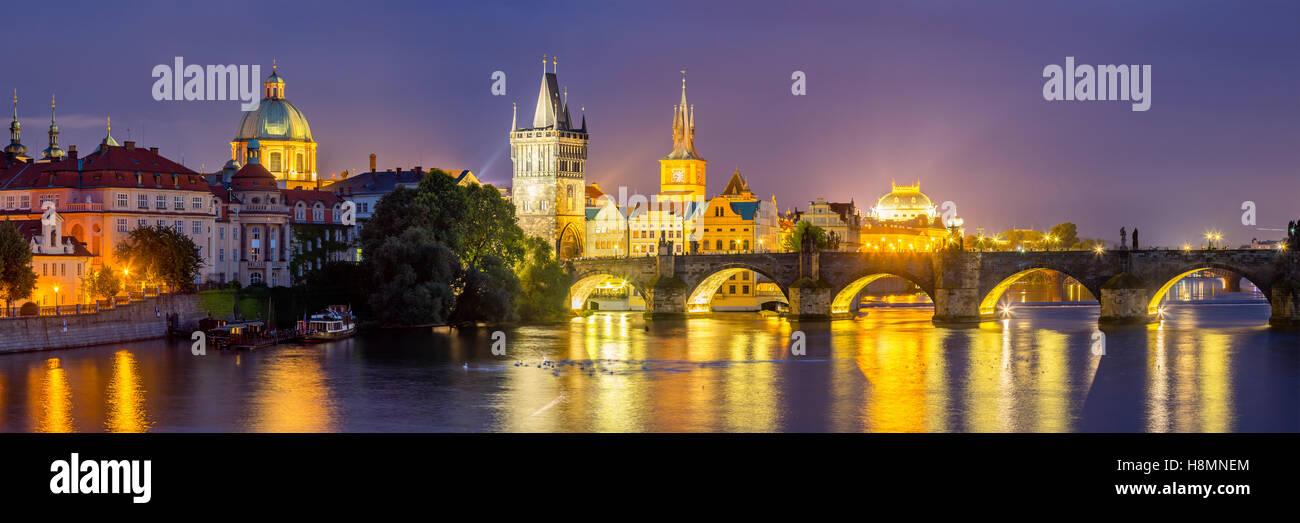 Vista del río Vltava y el Puente de Carlos al atardecer Praga República Checa Europa Imagen De Stock