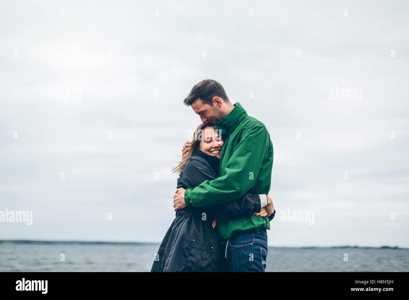 Pareja abrazándose Imagen De Stock