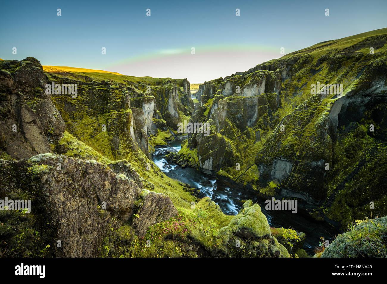 Fjadrargljufur profundo cañón y río que fluye a lo largo de la parte inferior del cañón, en el sureste de Islandia Foto de stock