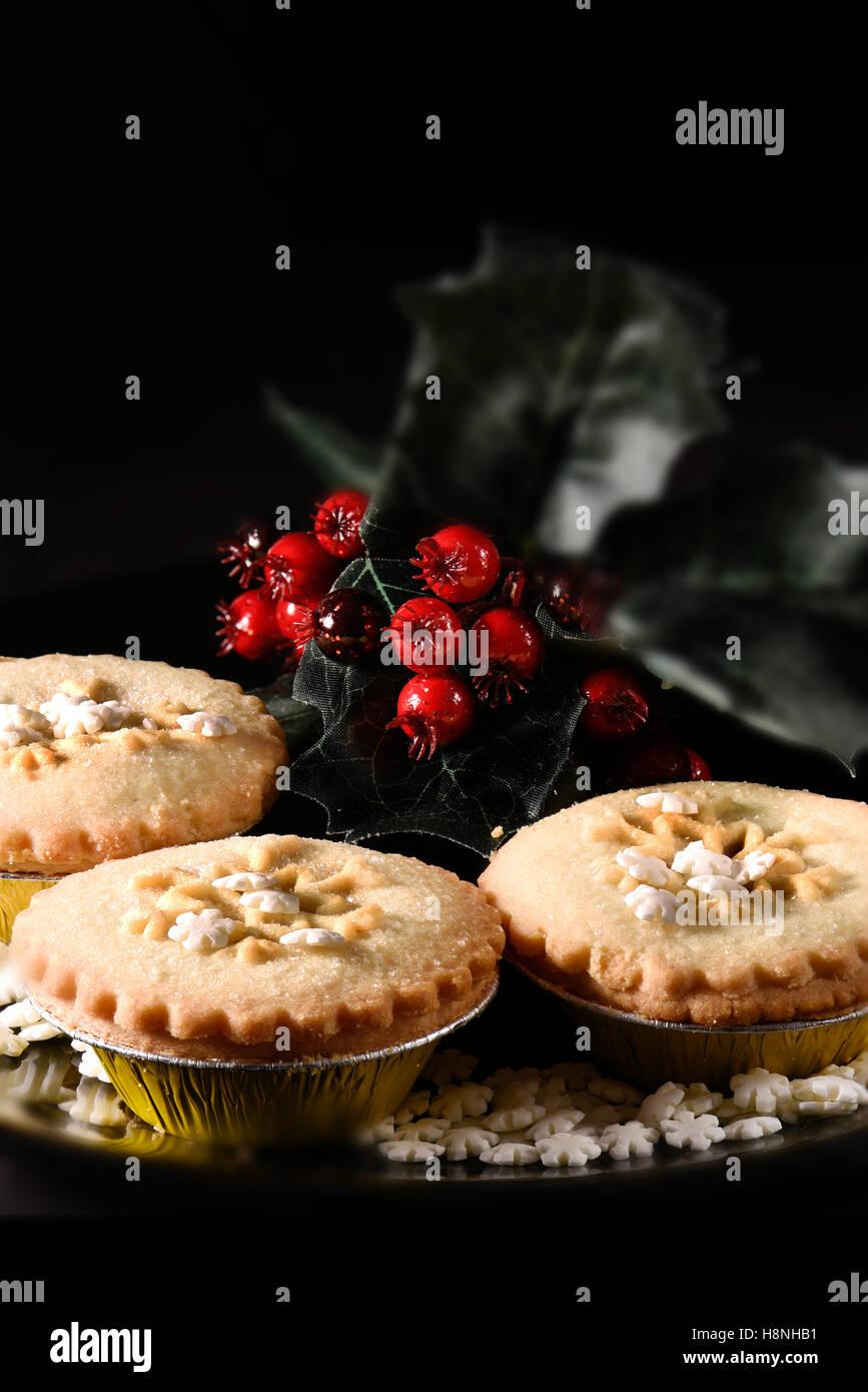 Festiva de ruibarbo y jengibre tallo tartas en un entorno rústico con iluminación creativa con generosa Imagen De Stock