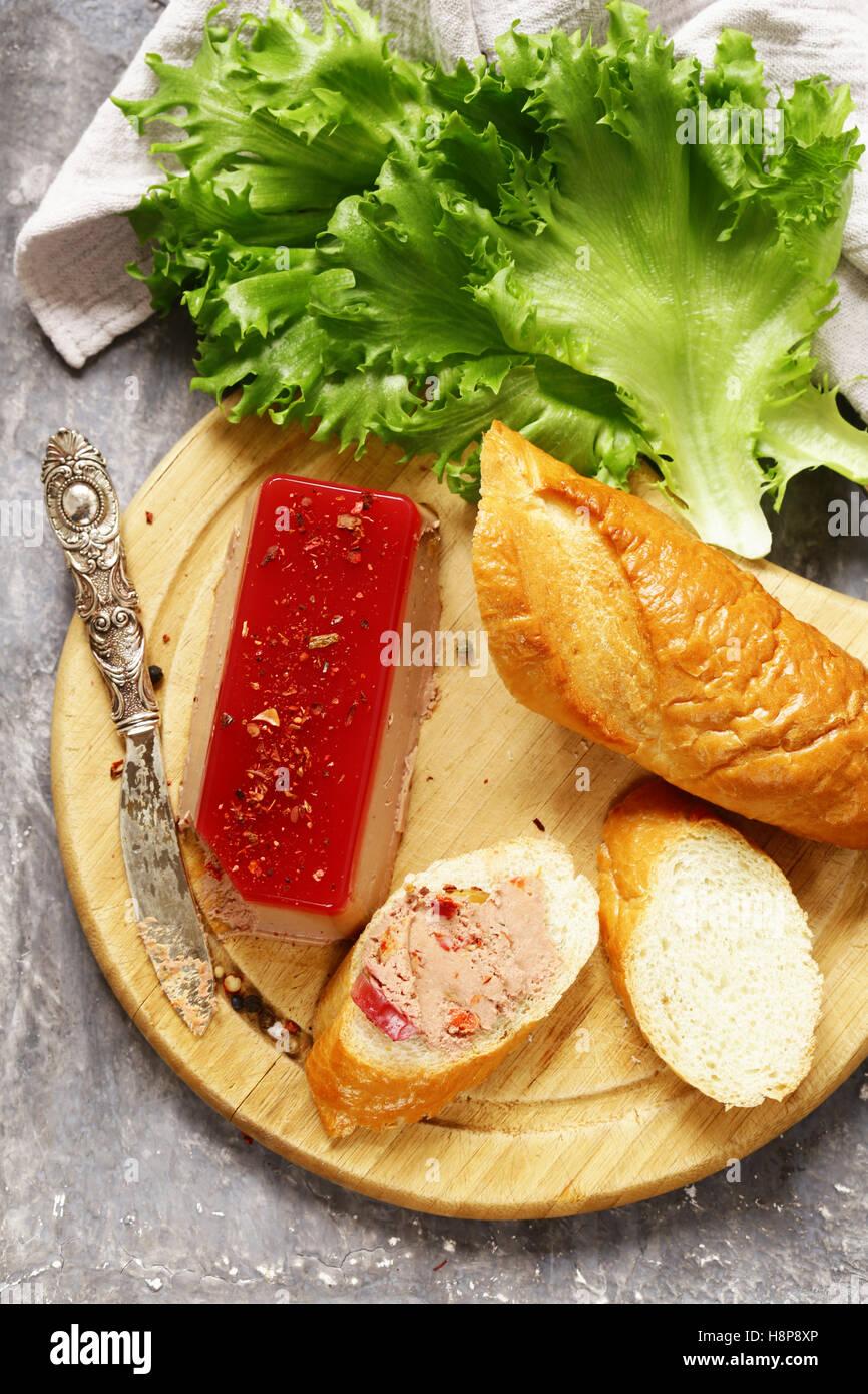 Gourmet Pate de foie gras con una baguette para un aperitivo Foto de stock