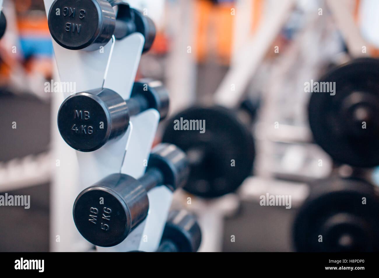 Muchas pesas en el gimnasio stand Imagen De Stock