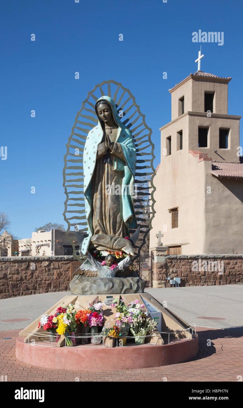 La estatua de Nuestra Señora de Guadalupe en el Santuario de Guadalupe, una vieja misión iglesia construida en 1781. Foto de stock